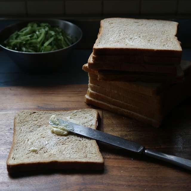 パンの片面にのからしバターを塗る