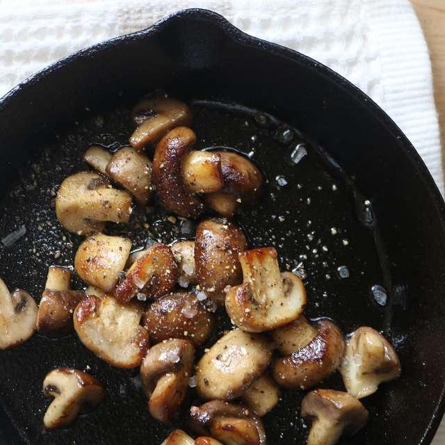マッシュルームが濃いキツネ色になったら火を止め、塩・コショウで味つけする