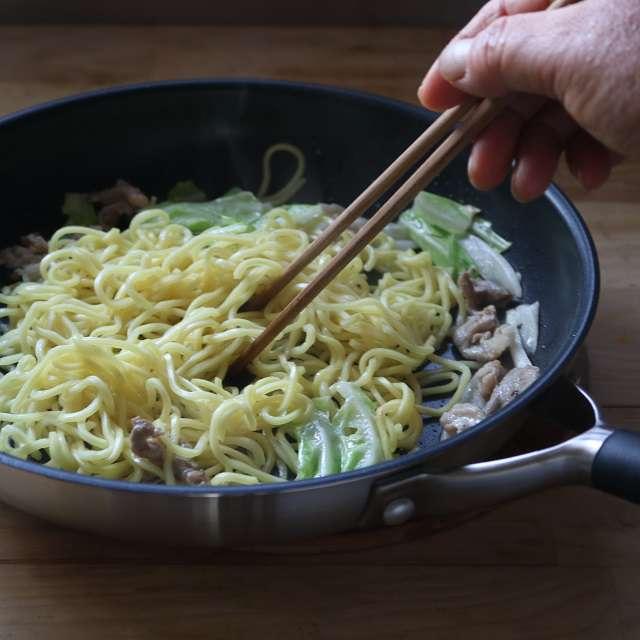 酒をふり入れ、麺をほぐしながら炒める