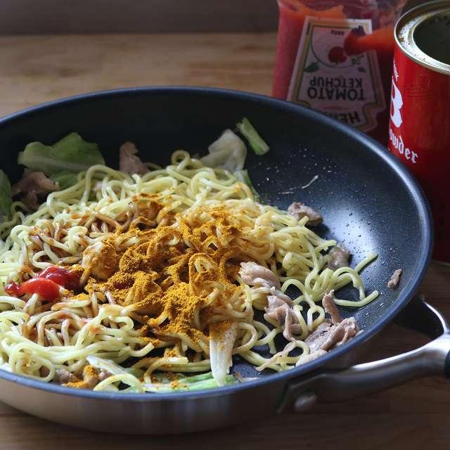 とんかつソース、トマトケチャップ、醤油、マヨネーズ、カレー粉を加え混ぜ合わせる