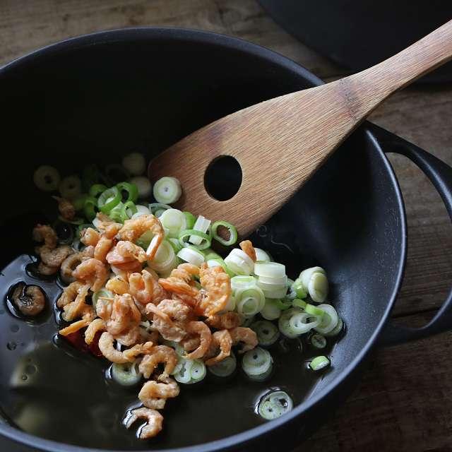 干しエビ、ネギ、唐辛子を入れ、ネギが色づくまで炒める