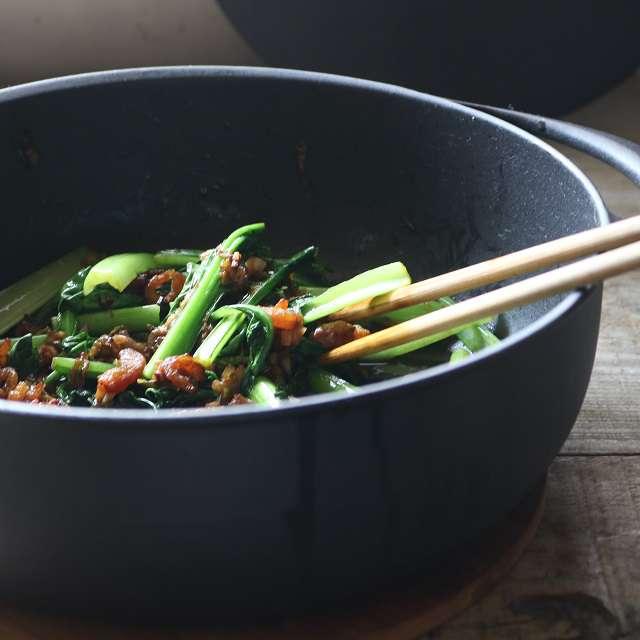 小松菜を加え炒め、醤油・塩・コショウで味付けする