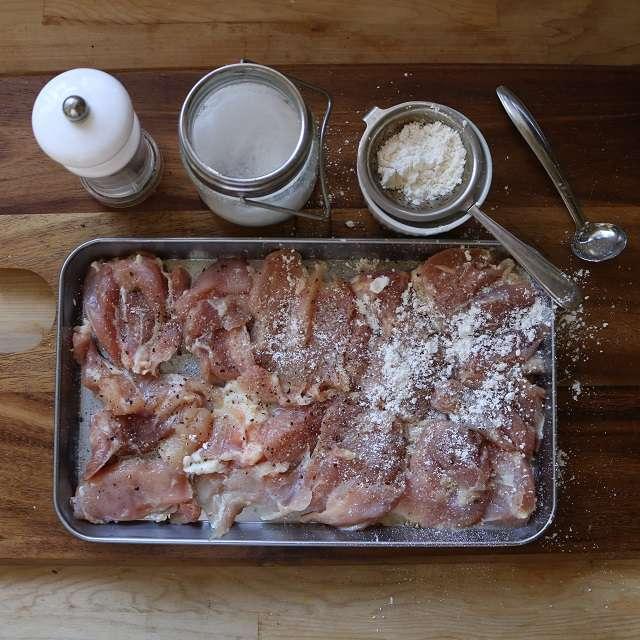 鶏肉に塩・コショウをし、小麦粉をまぶす