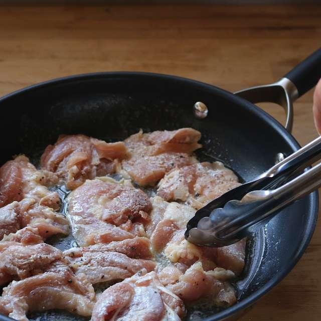 バターで下味をつけた鶏肉の両面を炒める