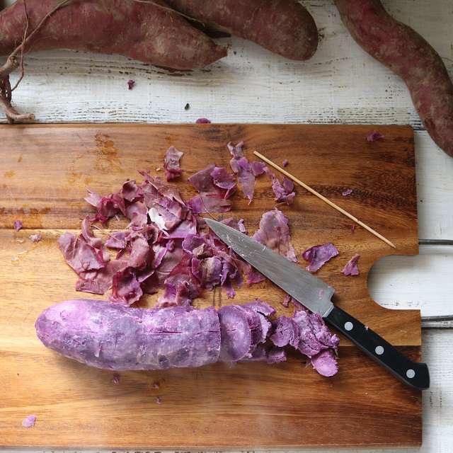 サツマイモの皮を剥き、1cmくらいの輪切りにする