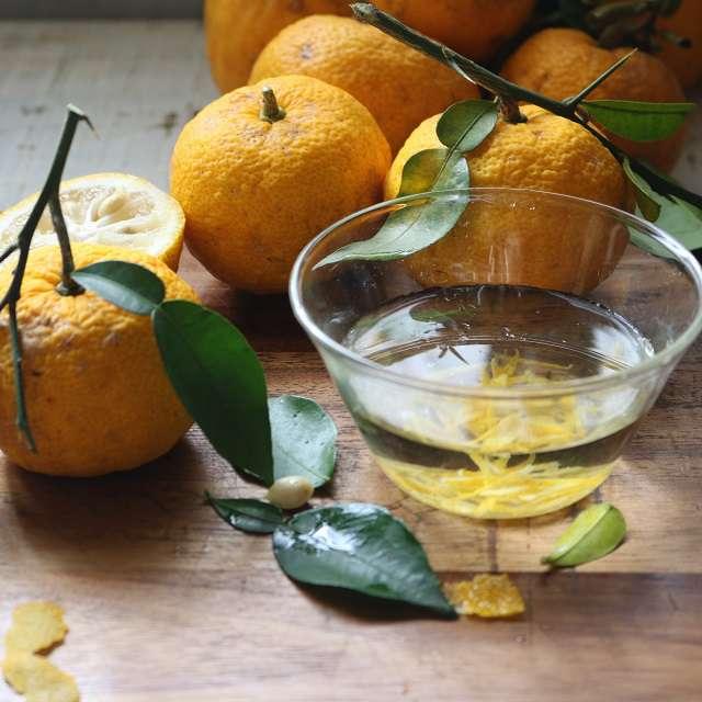 柚子の皮を薄く剥き、千切りにして水で晒す