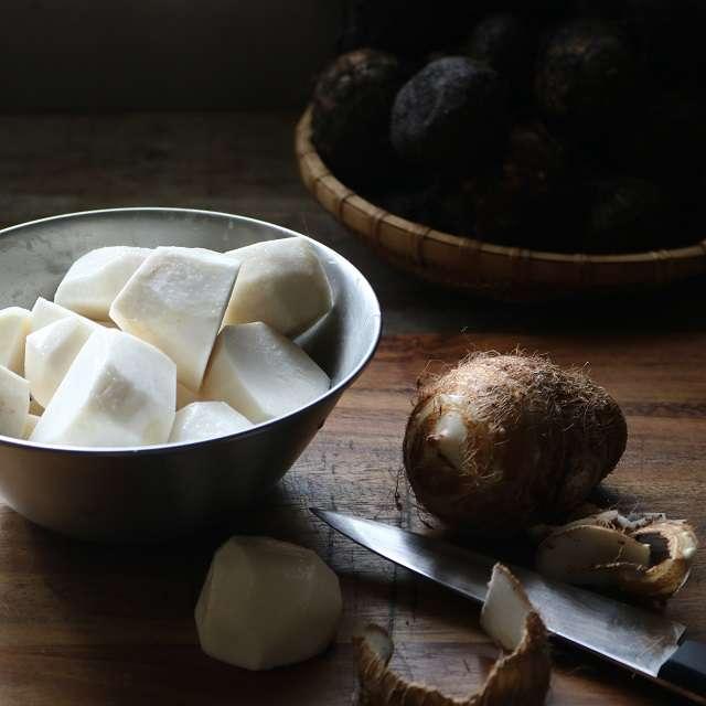 里芋を洗い、皮を剥き、適当な大きさに切る