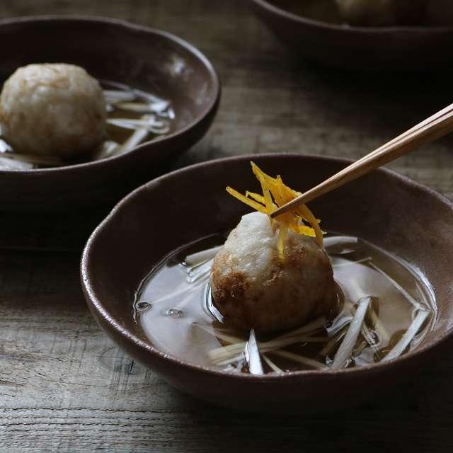 里芋だんごをおき、あんつゆを流し入れ、白髪ネギと柚子皮を添えて完成