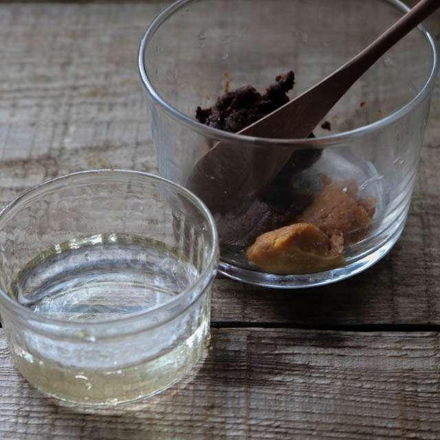 赤味噌と家の味噌、酒、みりんを混ぜ合わせておく