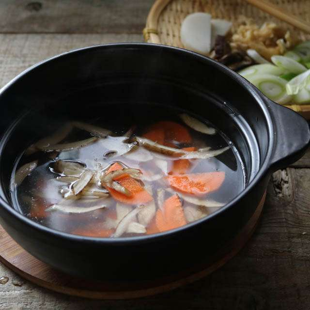 鶏肉とニンジン、ゴボウを加え沸騰させないように煮る