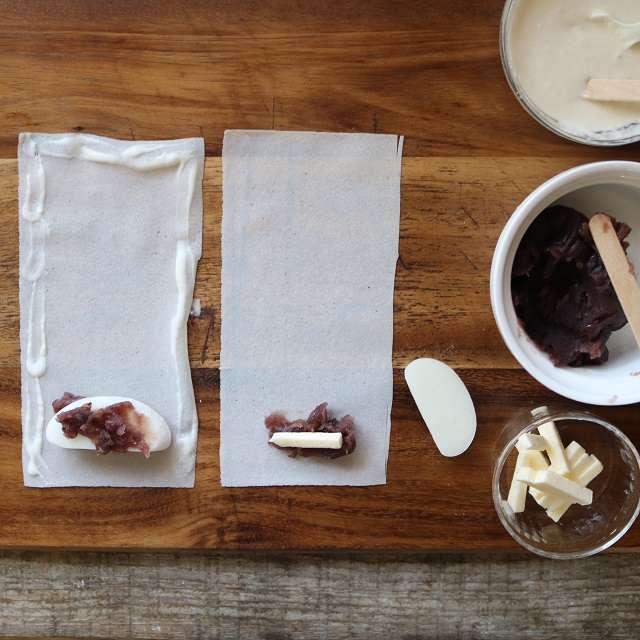 春巻の皮にあんこ・バター・餅・あんこの順にのせ、周囲にノリを付ける