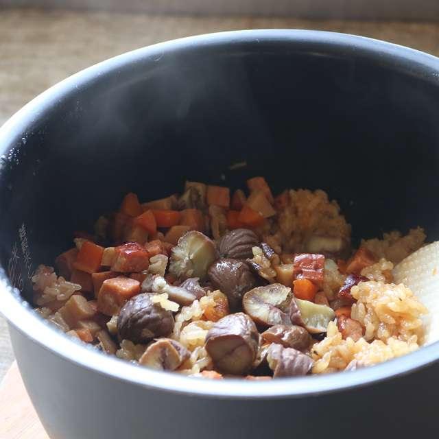 炊き上がったら大きく混ぜ、甘栗を加えてまた混ぜる