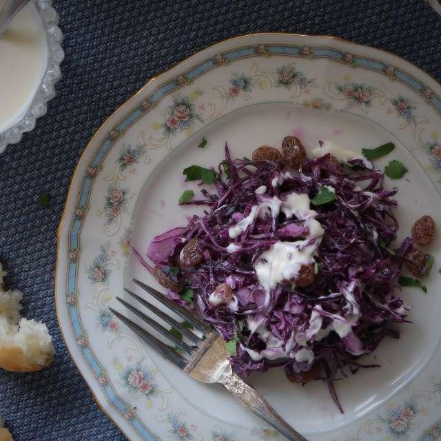 塩・コショウで味を調え、ヨーグルトマヨネーズをかける