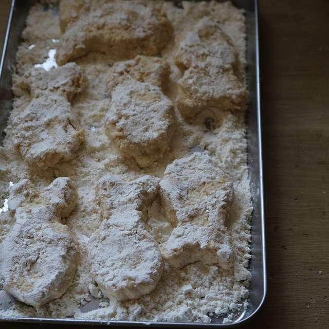 ④のナゲットの両面に小麦粉をつけ、再び形を整える