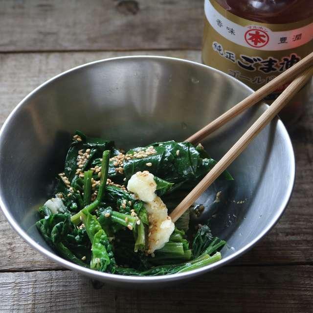 ホウレン草を切り、おろしニンニク、ゴマ油、醤油で味をつける
