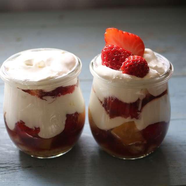 生クリームをのせ、イチゴとブルーベリーとミントをのせる