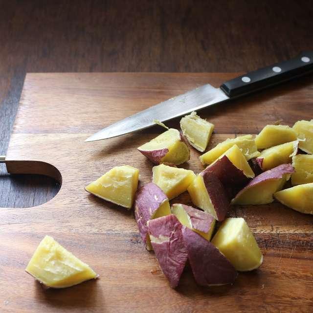 さつまいもをレンジで3分加熱し、ひっくり返してまた3分加熱(500w)する。ラップを外し、食べやす大きさに切る。