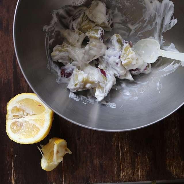 ボウルにさつまいも、ヨーグルト、はちみつ、レモン果汁、塩少々を入れ、混ぜ合わせる