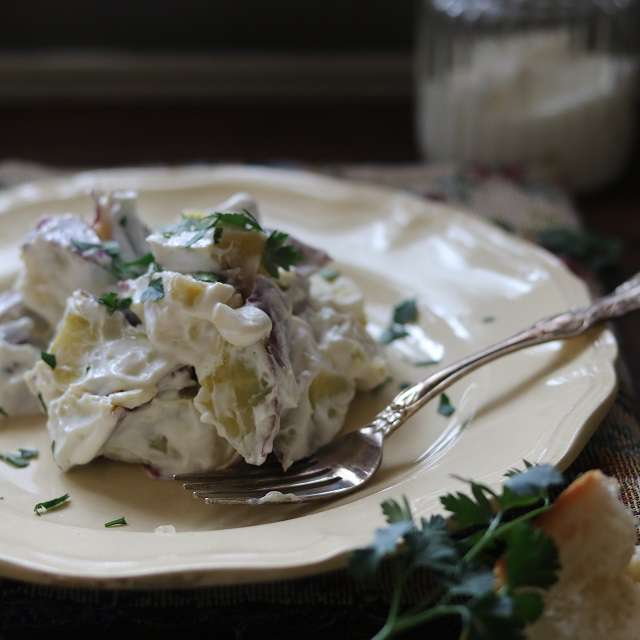 器に盛り、イタリアンパセリをキッチンはさみで切り、散らす