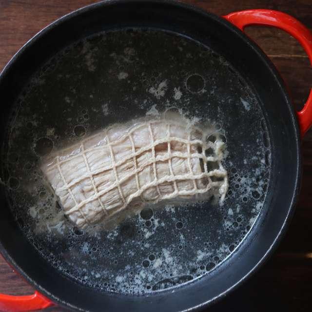 塊肉をネットに入れ、タップリの水を入れた鍋で茹でる