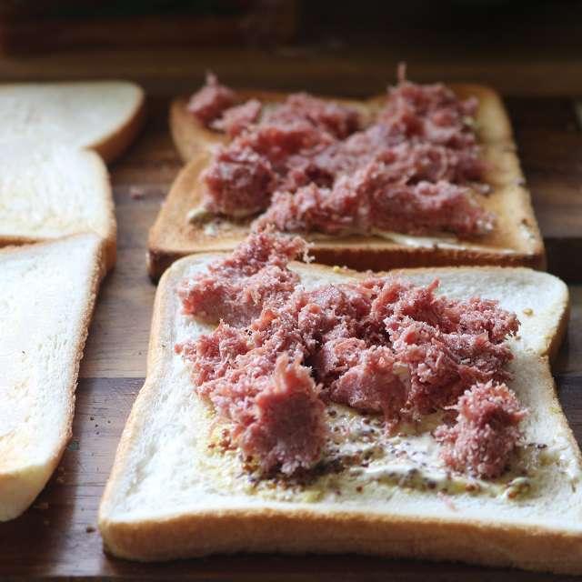粒マスタードを塗ったパンに、コンビーフをほぐしてのせる