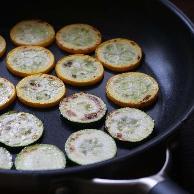 オリーブオイルでズッキーニを両面焼き色がつくまで焼く