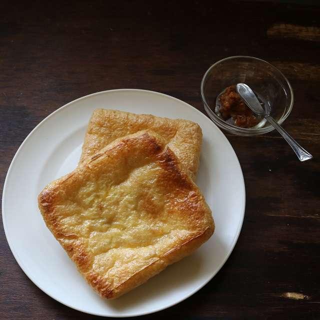 油揚げをトーストし、味噌とみりんを合わせておく