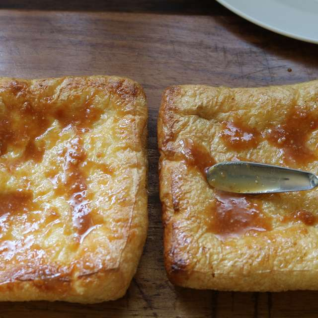 トーストした油揚げの片面に合わせた味噌とみりんを塗る