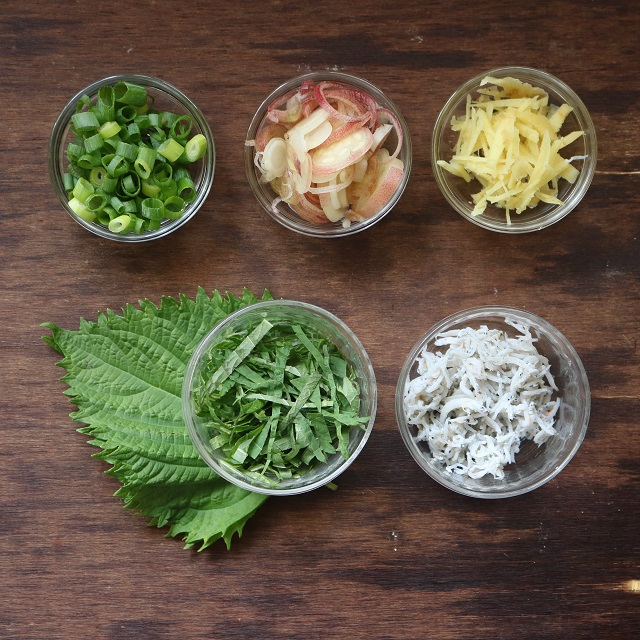 ミョウガ、万能ネギ、大葉、生姜をそれぞれ切っておく