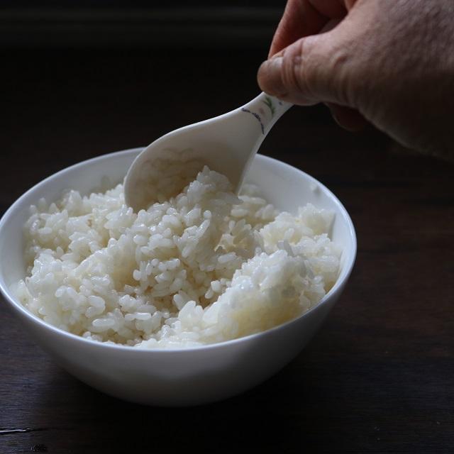ご飯に水とサラダ油を回しかけ、スプーンでよくほぐす
