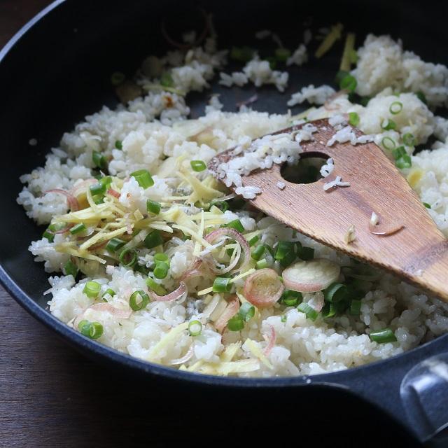 ミョウガ大葉を少しとっておき、残りの①としらすを加えて混ぜる