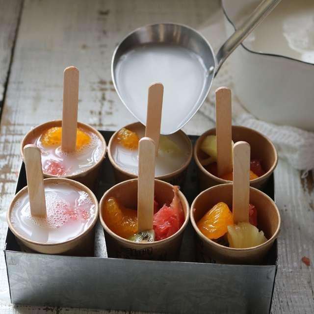 紙コップにカルピスの寒天を注ぎ、冷凍庫で冷やし固める