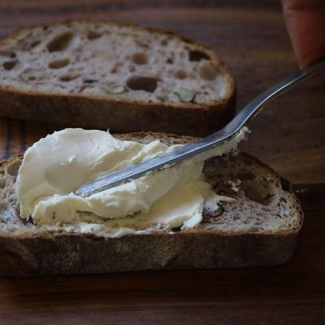 パンをトーストし、クリームチーズを多めに塗る