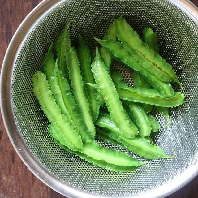 四角豆を塩少々を入れて茹で、ザルに上げる