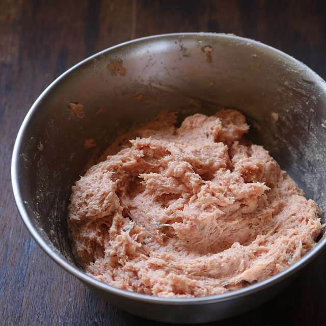 ボウルに肉タネの材料を入れ、白っぽくなるまで捏ねる