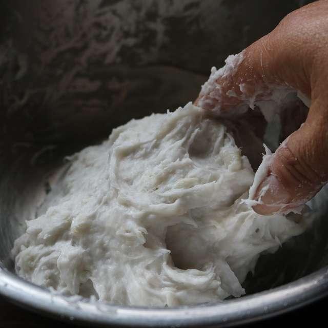 里芋が熱いうちに皮を剥き、マッシャーで潰し、片栗粉を加えて捏ねる