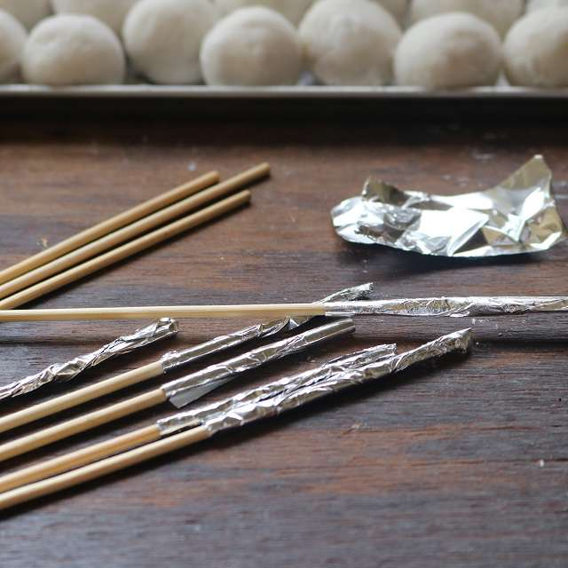 湯を沸かし、その間に竹串の持ち手側にアルミホイルを巻いておくf:id:homare-temujin:20171003162058j:plain