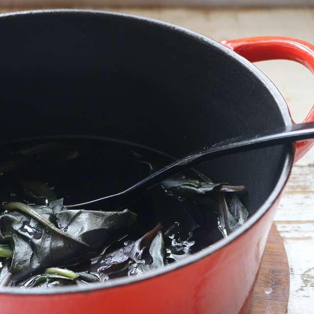 葉を3分間茹で、しばらく置く