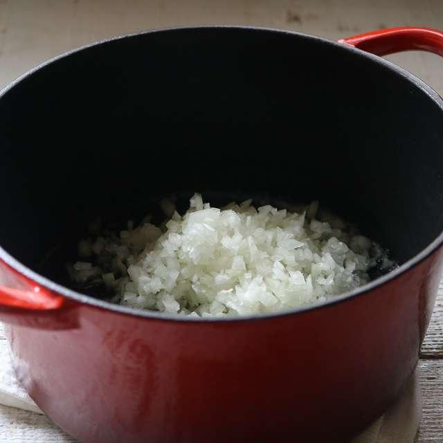 バターとオリーブオイルを入れ、みじん切りした玉ネギを加えて透き通るまで炒める