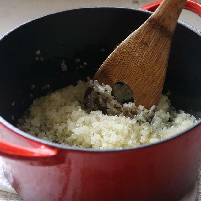 米を洗わずに加え、油が全体にまわるまで混ぜる