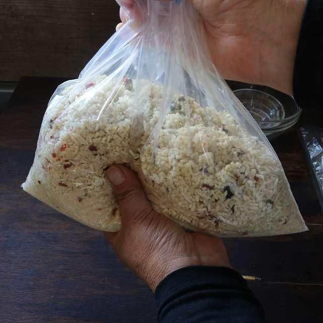 保存袋に発酵した米麹を入れ、塩と赤唐辛子、だし昆布を加えよく混ぜる