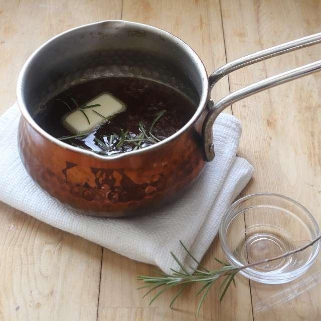 小鍋にジャム、白ワイン、醤油を入れて中火にかけ、煮立ったらバターとローズマリーの葉を入れて止める