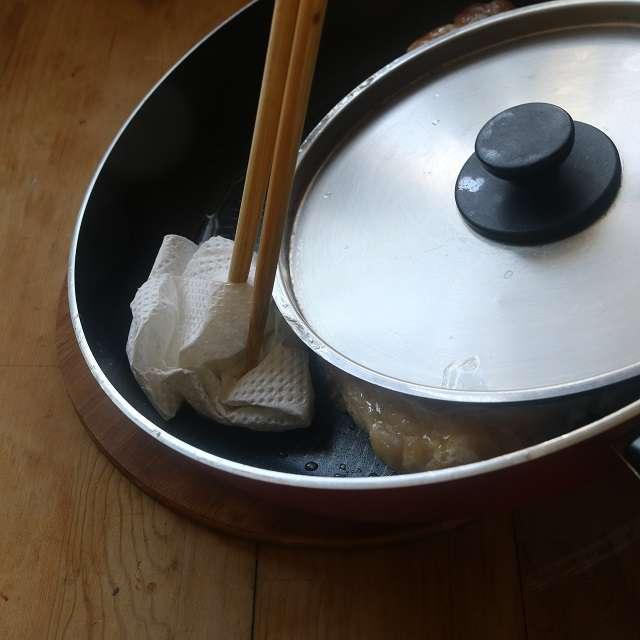 出てきた脂や汁をペーパータオルで拭き取りながら焼く