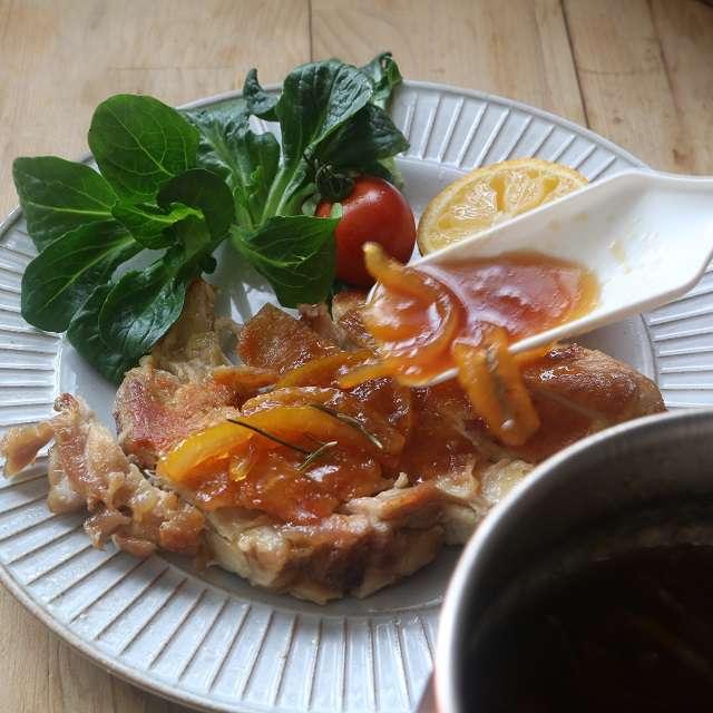 お皿に盛り、柚子ソースをかけて付け合わせを添えれば完成!