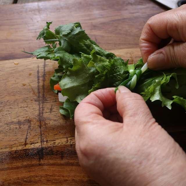 大葉を添えて、細ネギね結び、はみ出した部分はハサミで切る
