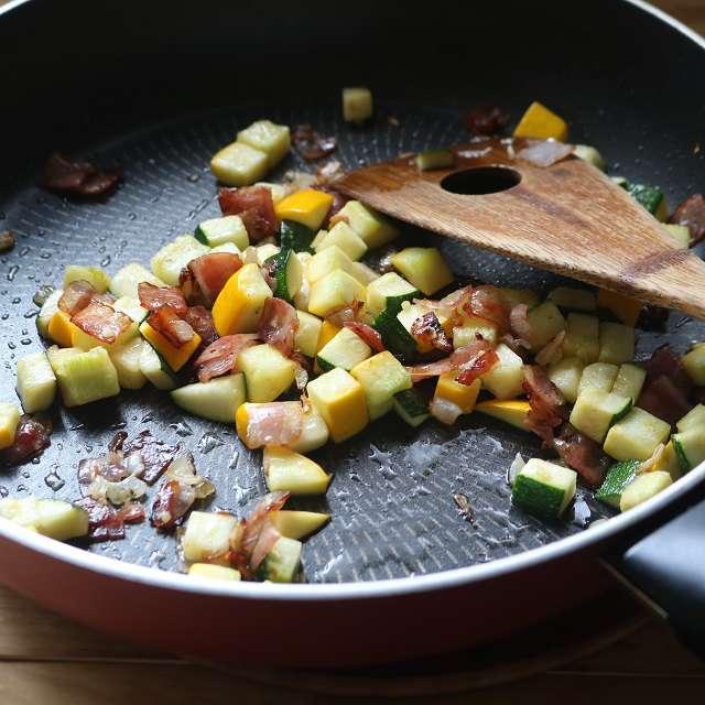 フライパンにズッキーニを加え、油が絡まるまで炒める。