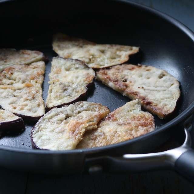 オリーブオイル大さじ2を熱し、ナスの両面を炒める