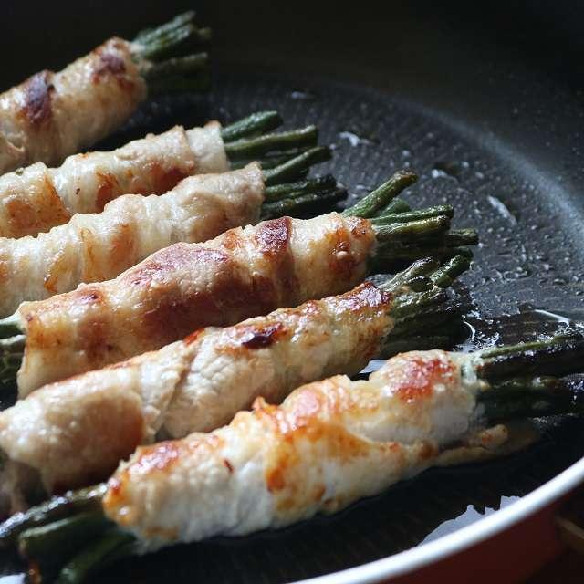 フライパンに油を引き、こんがり焼き色がつくまで中火で焼く