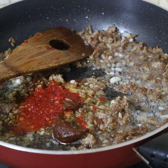 生姜、にんにくを加え、香りが出たら豆板醤と赤味噌を足して炒める