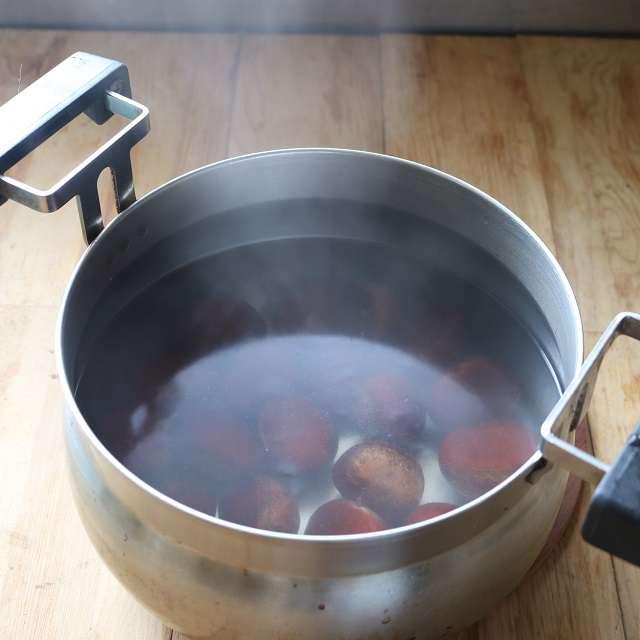 栗を2分間茹で、ザルにあげる